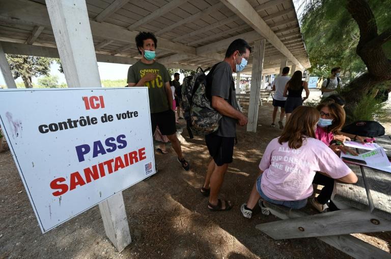 Pancarte annonçant un point de contrôle du pass sanitaire à Aigues Mortes le 3 août 2021