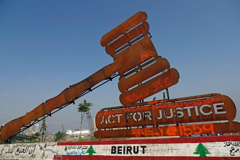 Un monument géant montrant un marteau symbolisant la justice, installé devant le port de Beyrouth le 4 août 2021