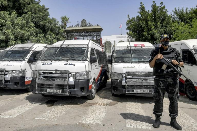 Un membre des forces de sécurité tunisiennes monte la garde devant le siège du parlement à Tunis, le 31 juillet 2021