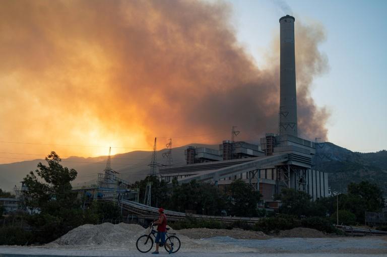 Un feu de forêt fait rage près de la centrale thermique de Kemerkoy, en Turquie, le 4 août 2021