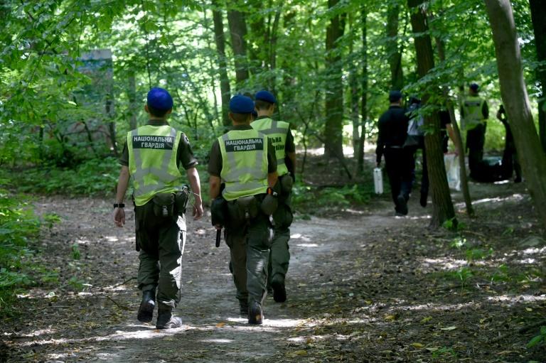 Des policiers ukrainiens quittent le parc où Vitali Chychov, directeur d'une ONG aidant des opposants au régime bélarusse, a été retrouvé pendu, à Kiev le 3 août 2021