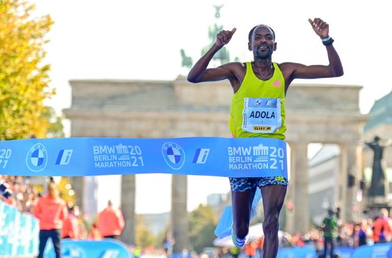 L'Ethiopien Guye Adola franchit en vainqueur la ligne d'arrivée du marathon de Berlin, le 26 septembre 2021