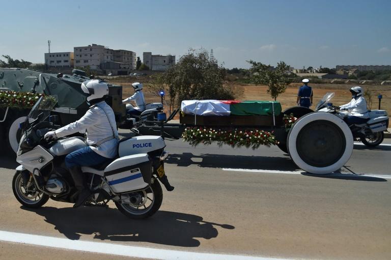 Funérailles de l'ex-président Abdelaziz Bouteflika à Alger, où des membres des forces de sécurité accompagnent le cercueil jusqu'au cimetière d'El Alia, le 19 septembre 2021
