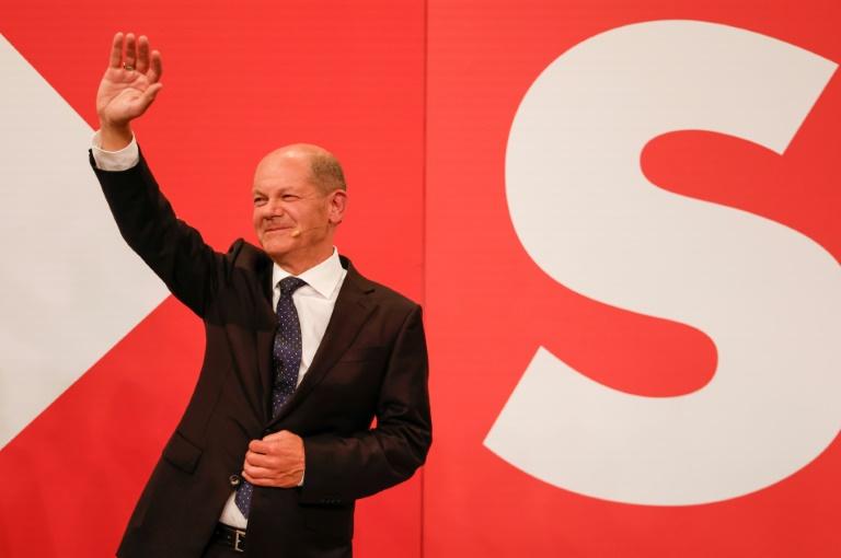 Le social-démocrate Olaf Scholz, salue ses partisans, le 26 septembre 2021 à Berlin