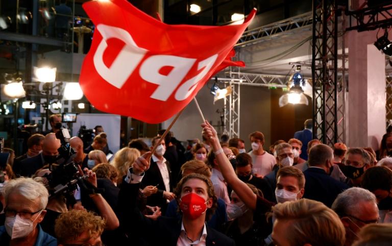Des sympathisants du SPD après que les sociaux-démocrates ont revendiqué la première place aux élections législatives allemandes, le 26 septembre 2021 à Berlin