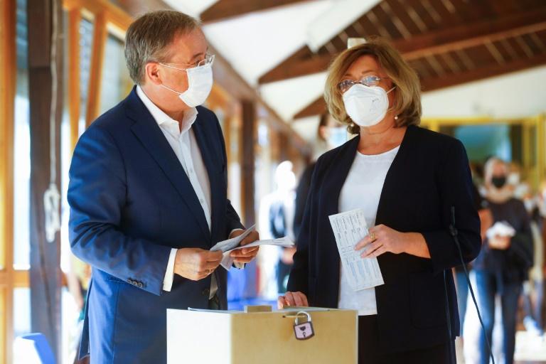 Le candidat de la CDU Armin Laschet et son épouse Susanne Laschet s'apprêtent à voter, le 26 septembre 2021 à Aix-la-Chapelle