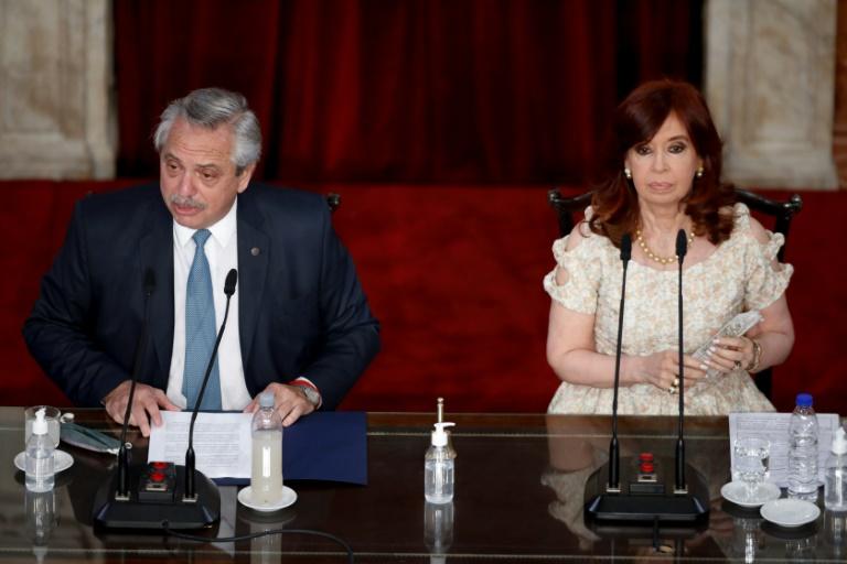Le président argentin Alberto Fernandez (g) et la vice-présidente Cristina Kirchner à Buenos Aires, le 1er mars 2021