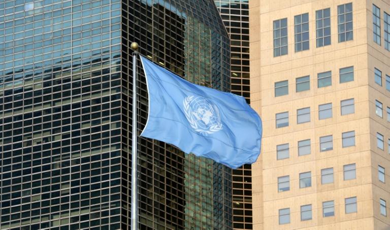 Le drapeau des Nations unies devant le siège de l'ONU, à New York, le 23 septembre 2019