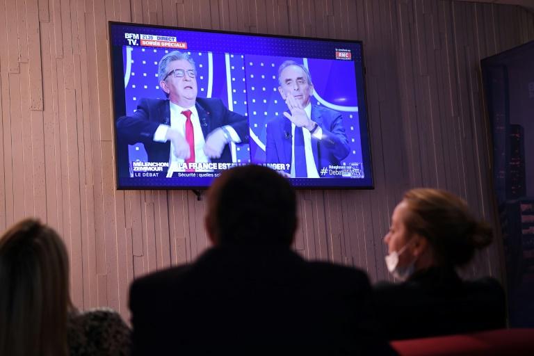 Téléspectateurs devant le débat entre Jean-Luc Mélenchon et Eric Zemmour, le 23 septembre 2021