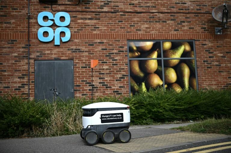 Un robot autonome appelé Starship en train de livrer des marchandises depuis un supermarché local Co-op à Milton Keynes, Angleterre, le 20 septembre 2021