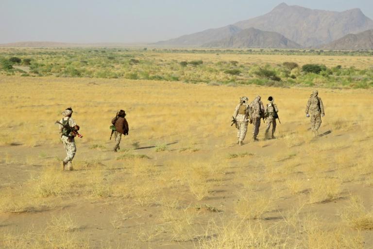 Des combattants pro-gouvernement avancent vers la ligne de front qui les sépare aux rebelles houthis, près de Marib (Yémen), le 27 septembre 2021