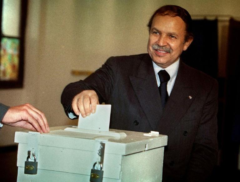 Abdelaziz Bouteflika vote le 16 septembre 1999 à Alger pour l'élection présidentielle qu'il remportera