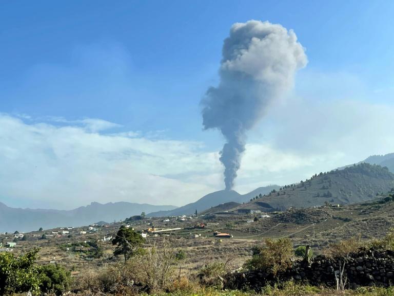Le volcan Cumbre Vieja recommence à cracher des cendres, le 27 septembre 2021 aux Canaries
