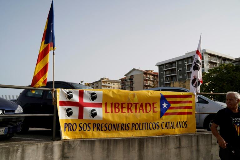 Une banderole avec les drapeaux sarde et catalan devant la cour d'appel de Sassari en Sardaigne (Italie), le 24 septembre 2021
