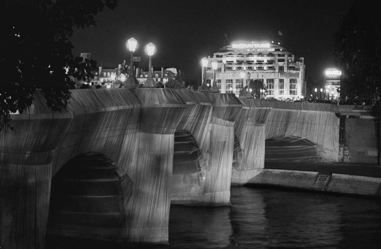 Vue générale prise le 22 septembre 1985 à Paris du Pont-Neuf empaqueté de toile de polyamide orange pour une durée de 15 jours à l'initiative de l'artiste Christo