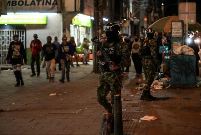 Des membres de la police militaire colombienne patrouillent dans les rues de Bogota le 15 septembre 2021