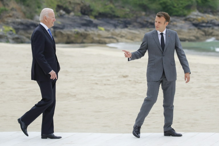 Le président américain Joe Biden (G) et son homologue français Emmanuel Macron lors du G7 dans les Cornouailles, le 11 juin 2021