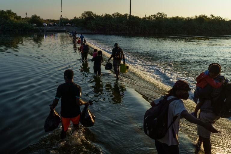 Des migrants haïtiens traversent le Rio Grande à la frontière entre le Mexique et les Etats-Unis, pour aller s'approvisionner le 18 septembre 2021