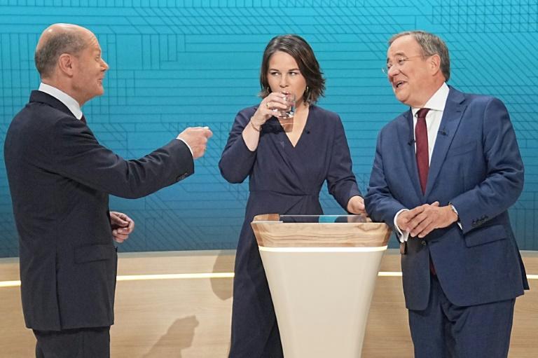 De gauche à droite, Olaf Scholz, ministre des Finances et vice-chancelier social-démocrate, candidat du SPD, Annalena Baerbock cheffe de file et candidate des Verts et Armin Laschet, candidat de la CDU lors d'un débat télévisé à Berlin le 12 septembre 2021
