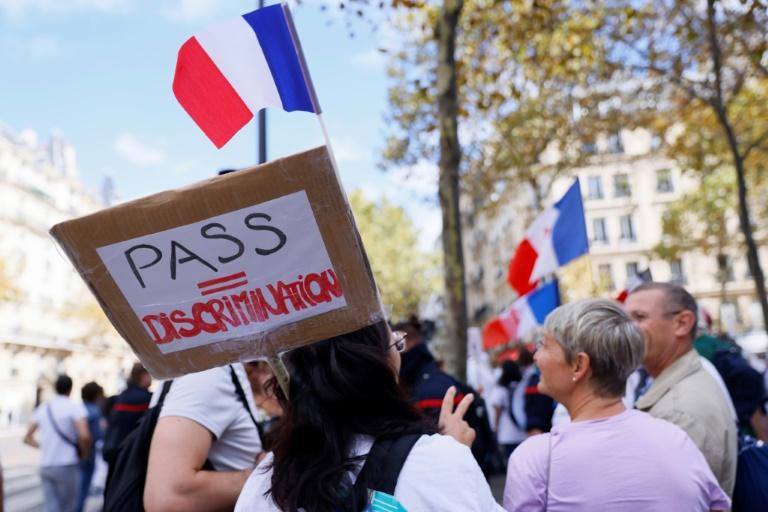Des personnels de santé manifestent contre l'obligation vaccinale pour les soignants et contre le pass sanitaire, à Paris le 11 septembre 2021