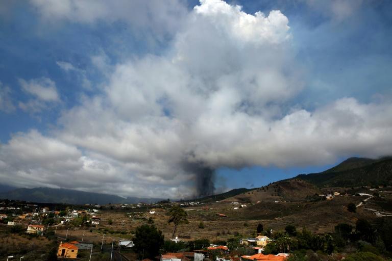 Une colonne de fumée s'échappe du volcan Cumbre Vieja sur l'île de La Palma, dans l'archipel espagnol des Canaries, le 19 septembre 2021