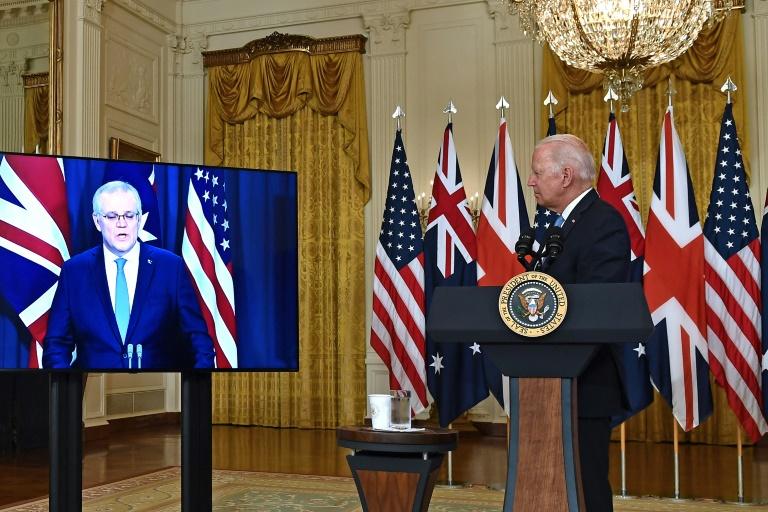 Le président américain Joe Biden (d) à la Maison Blanche parle avec le Premier ministre australien Scott Morrison, à l'écran en visioconférence, à Washington, le 15 septembre 2021