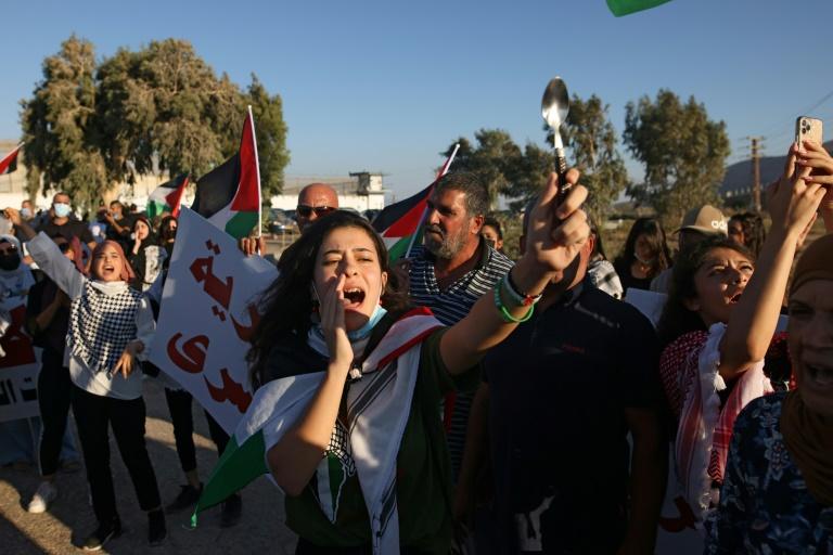 Une palestinienne brandit une cuillère lors d'un rassemblement devant la prison de Gilboa prison dans le nord d'Israël, le 18 septembre 2021