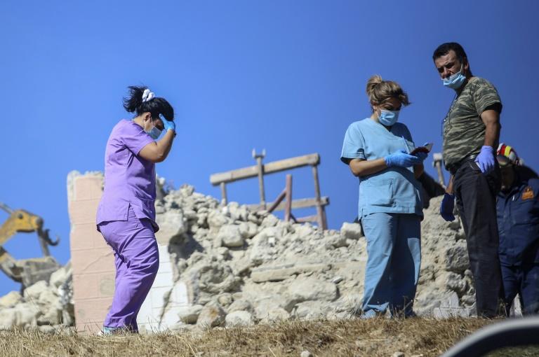 Des pompiers et des infirmières recherchent des survivants dans les décombres d'une église à la suite d'un tremblement de terre, dans le village d'Arkalochori en Crète, le 27 septembre 2021