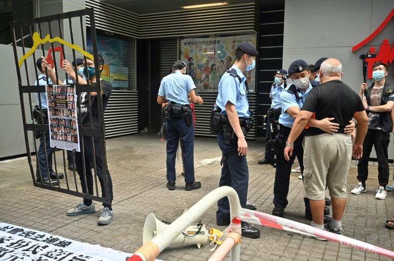 Un manifestant est fouillé par la police à Hong Kong le 19 septembre 2021, jour de la désignation d'un nouveau comité électoral
