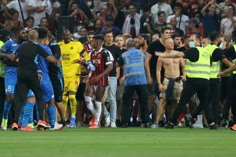 Incidents lors du match Nice-Marseille à l'Allianz Riviera après ds jets de projectiles sur le meneur de l'OM Dimitri Payet, le 22 août 2021 à Nice