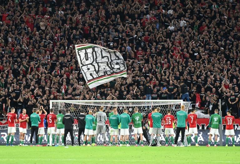 Les joueurs de l'équipe de Hongrie devant leurs supporters après le match des qualifications pour le Mondial-2022 contre l'Angleterre le 2 septembre 2021 à Budapest