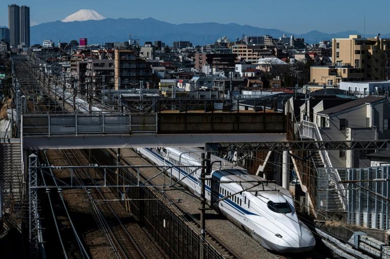 Un shinkansen (train à grande vitesse japonais) à Tokyo le 3 mars 2021 avec le Mont Fuji en arrière-plan