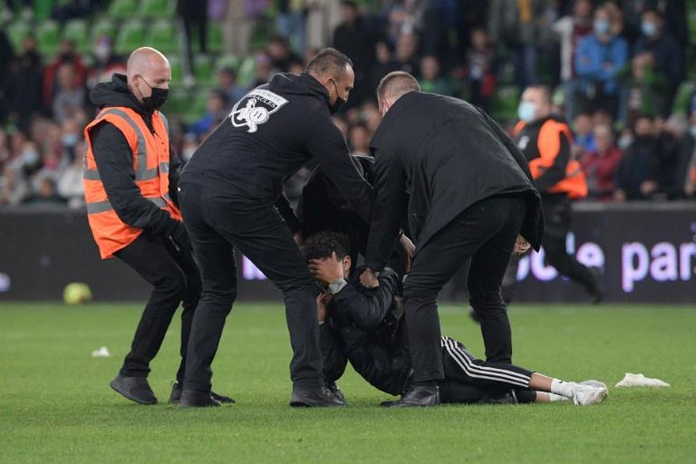 Des membres de la sécurité neutralisent un supporter qui avait pénétré sur la pelouse lors de Metz-PSG, le 22 septembre 2021