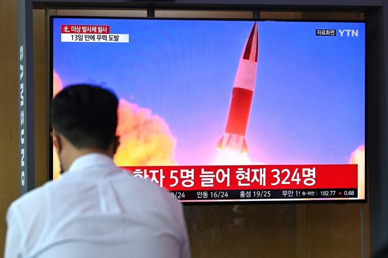 Un écran dans une gare de Séoul diffuse les images d'un essai de missile nord-coréen, le 28 septembre 2021
