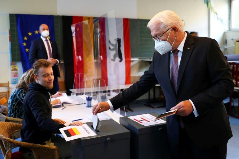 Le président allemand Frank-Walter Steinmeier dépose son bulletin dans l'urne dans un bureau de vote à Berlin le 26 septembre 2021.