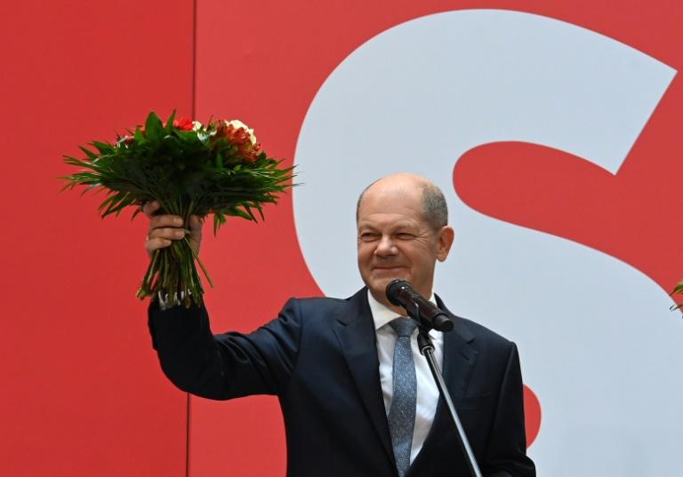 Le chef de file du SPD et ministre des Finances actuel Olaf Scholz, à Berlin, le 27 septembre 2021 au lendemain des législatives qui a vu son parti remporter le scrutin d'une courte tête