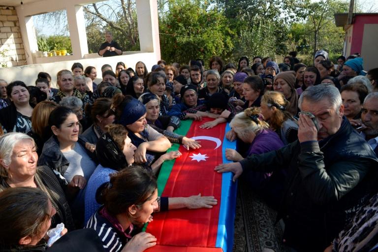 Funérailles d'un soldat azéri tué dans les combats avec l'armée arménienne dans le Nagorny-Karabakh, en Azerbaïdjan, le 30 septembre 2020