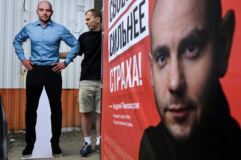 Roman Pilipenko (C), un avocat de 27 ans, mène campagne le 6 septembre 2021 à Krasnodar pour l'opposant Andreï Pivovarov, emprisonné dans cette ville de l'est de la Russie