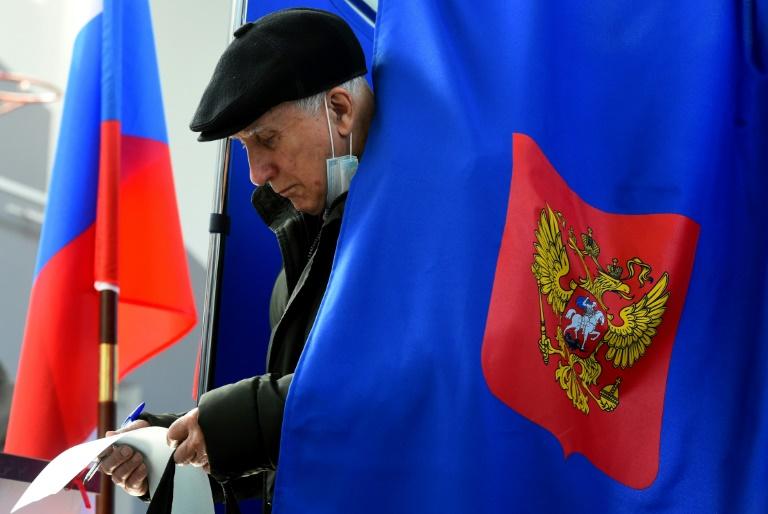 Dans un bureau de vote à Saint-Petersbourg, au troisième jour des élections législatives en Russie, le 19 septembre 2021