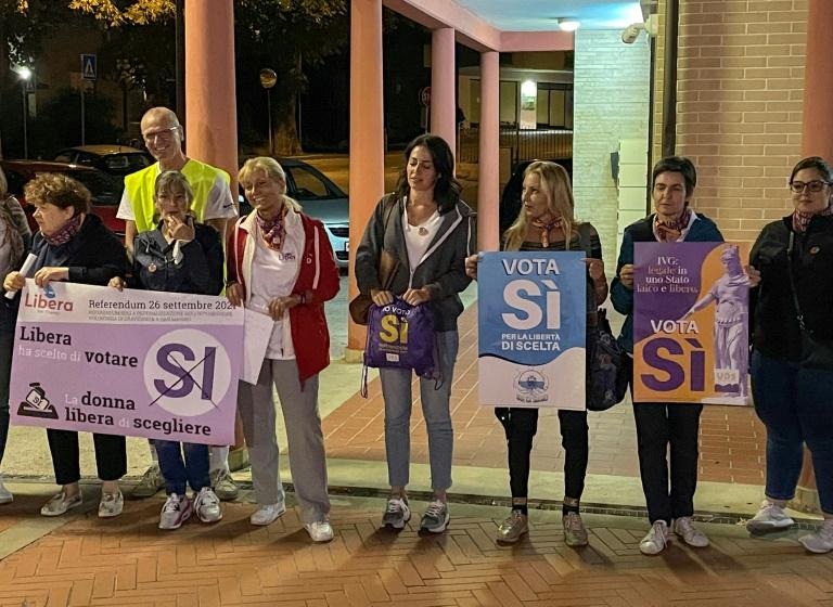 Des militants brandissent des affiches pour marquer le début de la campagne pour le référendum à Saint-Marin, le 9 septembre 2021