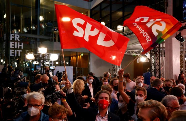 Des militants du parti social-démocrate (SPD) allemand agitent des drapeaux devant le siège de la formation, le 26 septembre 2021 à Berlin