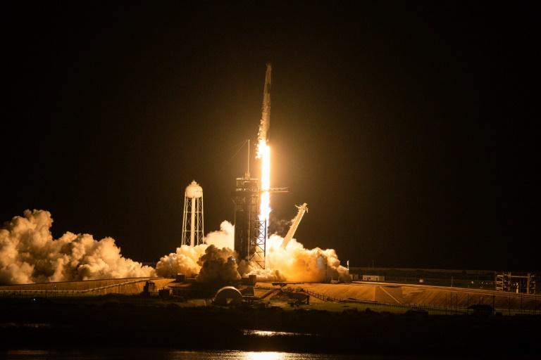 La fusée Falcon 9 de SpaceX décolle avec à son bord quatre touristes spatiaux, au centre spatial Kennedy en Floride le 15 septembre 2021