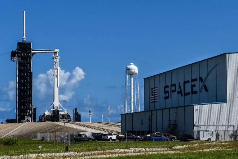 La fusée Falcon 9 devant un hangar de SpaceX avant son décollage pour la mission de tourisme spatial Inspiration4, au centre spatial Kennedy de la Nasa, le 14 septembre 2021 à Cap Canaveral, en Floride