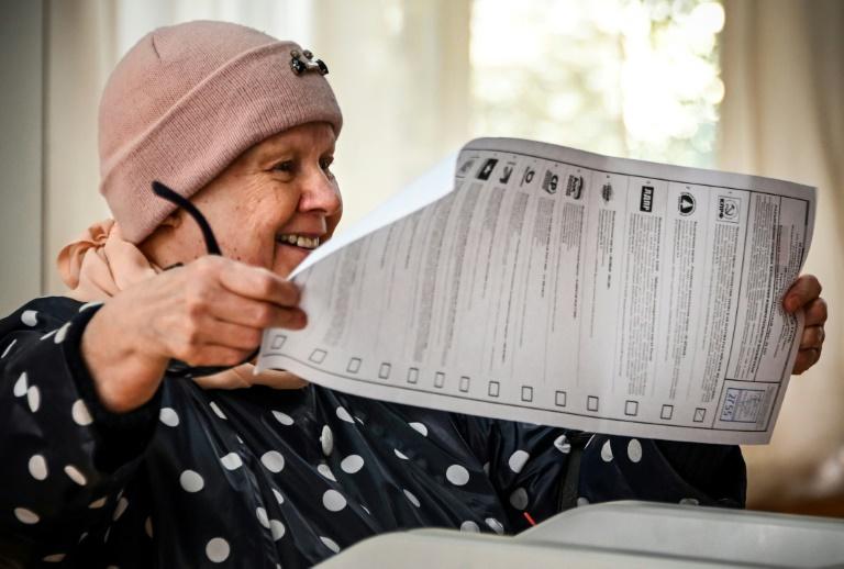 Dans un bureau de vote au cours du deuxième jour des élections législatives et locales à Moscou, le 18 septembre 2021