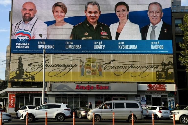 Une affiche électorale du parti au pouvoir Russie unie montrant notamment le ministre de la Défense Sergueï Choïgou (centre) et le ministre des Affaires étrangères Sergueï Lavrov (droite), le 6 septembre 2021 à Krasnodar (sud)