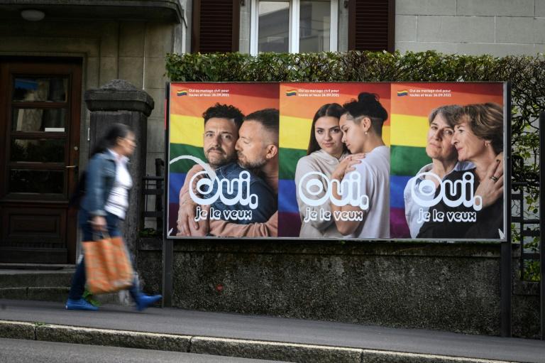 Des affiches en faveur du mariage pour tous, le 22 septembre 2021 à Lausanne, en Suisse