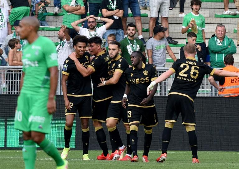 La joie des Niçois, après le 2e but marqué par l'ailier néerlandais Calvin Stengs (g), face à Saint-Etienne, lors de leur match de Ligue 1, le 25 septembre 2021 au Stade Geoffroy-Guichard
