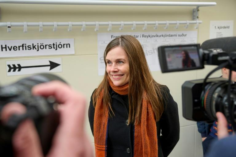 La Première ministre islandaise Katrín Jakobsdottir dans un bureau de vote, le 25 septembre 2021 à Reikjavik