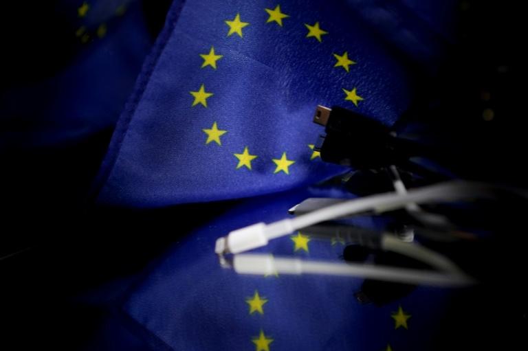 La Commission européenne veut imposer un chargeur universel pour téléphones mobiles et autres petits appareils électroniques, au nom des droits des consommateurs et de l'environnement, selon un projet de réglementation dévoilé jeudi qui suscite l'opposition du géant américain Apple.