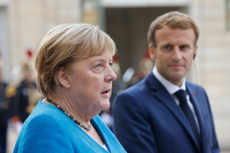 La chancelière allemande Angela Merkel et le président Emmanuel Macron dans la cour de l'Élysée, le 16 septembre 2021 à Paris